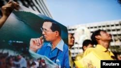 푸미폰 아둔야뎃 국왕의 생일을 맞이한 5일 푸미폰 국왕이 입원한 방콕의 병원 앞에서 시민들이 쾌유를 기원하고 있다.