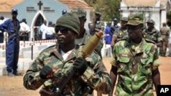 Militares patrulhando ruas de Bissau