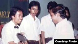 Saminuddin B Tou (kiri) dan Jokowi (kanan) saat Wisuda Universitas Gadjah Mada tahun 1985. (foto: Saminuddin)