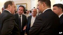 Deputi Menlu Rusia Mikhail Bogdanov (kiri) berbicara dengan delegasi kelompok oposisi utama Suriah dalam pertemuan di Moskow, hari Kamis (13/8).