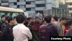 王登朝案二审时维权人士在深圳中级法院外声援(网友公民小彪推特图片)