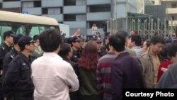 王登朝案二審時維權人士在深圳中級法院外聲援(網友公民小彪推特圖片)