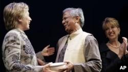 Ngoại trưởng Hoa Kỳ Hillary Clinton gặp ông Yunus trong chuyến thăm Bangladesh, và bà đã hối thúc chính phủ nước này không nên có bất cứ hành động nào có thể gây tổn hại cho tính hữu hiệu của Ngân hàng Grameen