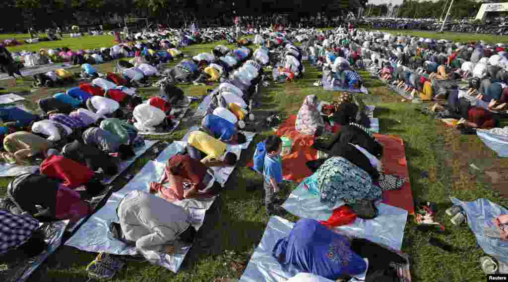 فلپائن کے دارالحکومت منیلا میں مسلمان خواتین عید کی نماز ادا کر رہی ہیں۔