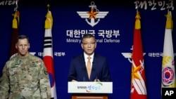 南韓國防部副部長(中)與美國駐韓部隊高級官員共同舉辦媒體吹風會(資料圖片)