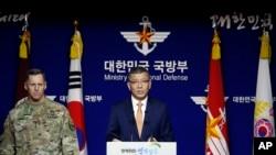 韩国国防部副部长(中)与美国驻韩部队高级官员共同举办媒体吹风会(资料图片)