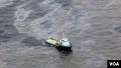 La foto muestra una vista aérea de un barco que cruza un área del derrame de petróleo causado por Chevron en Bacia de Campos en el estado de Rio de Janeiro.