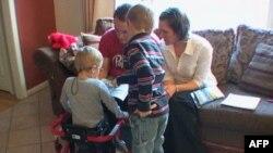 Trogodišnji Džoš Tolbo kreće se uz pomoć hodalice