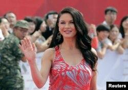 英国演员凯瑟琳·泽塔-琼斯(Catherine Zeta-Jones)参加万达集团在青岛投资建设的全球投资规模最大的影视产业基地――青岛东方影都的推广活动(2013年9月22日)