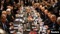 프랑스를 방문 중인 이란의 하산 로하니 대통령(왼쪽 세번째)이 27일 파리의 호텔에서 프랑스 기업인들과 만남을 가졌다.
