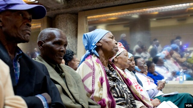 Elderly Kenyans gathered to share testimonies of abuse and call for international legislation protecting the rights of older people in Nairobi, June 16, 2014. (Roopa Gogineni/VOA)