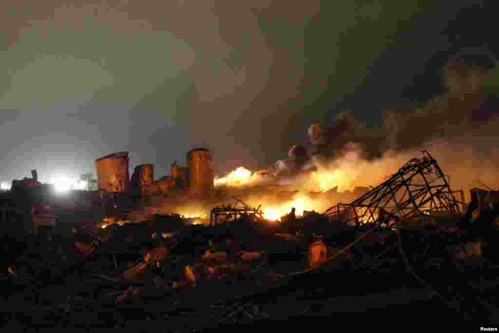 Những gì còn lại của nhà máy sản xuất phân bón trong tiểu bang Texas Hoa Kỳ bị nổ tối hôm thứ Tư, gây thương tích cho hơn 100 người, san bằng hàng chục tòa nhà lớn nhỏ, trong đó có một trường học và một nhà cho người già yếu.