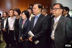 多位建制派立法會議員在港府政改方案被否決後會見記者,包括民建聯前主席譚耀宗。(美國之音湯惠芸)