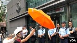 有示威者撐雨傘與警方對峙。(美國之音湯惠芸)