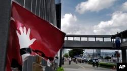 2019年7月5日香港立法会前一个被撕破的大幅反送中招贴画。