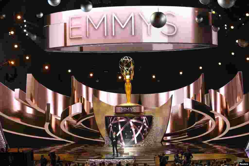 Pembawa acara Jimmy Kimmel membuka acara 68th Primetime Emmy Awards di Los Angeles, California (18/9). (Reuters/Mike Blake)