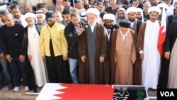 Para pendukung oposisi melakukan upacara pemakaman salah seorang korban tewas akibat kekerasan pasukan keamanan di Manama, Jumat (18/2).