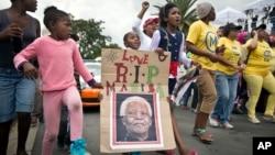 타계한 넬슨 만델라 전 대통령의 자택에서 6일 시민들이 애도의 뜻을 표하고 있다.