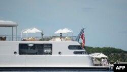 美国前总统奥巴马帮太太米歇尔拍下度假照。米歇尔在日升号游艇甲板上摆姿势。他们夫妻俩和朋友们在南太平洋的莫里亚岛附近共度早晨。(资料照)