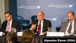 Kürt Bölgesel Yönetimi Başkanlık Divanı Başkanı Fuat Hüseyin (ortada) ve özerk yönetimin dış ilişkiler sorumlusu Felah Mustafa Bekir (solda)
