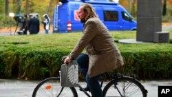 Anton Hofrajter ko-lider frakcije Zelenih biciklom stiže na razgovore sa kancelarkom Angelom Merkel.