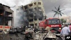 Salah satu lokasi ledakan yang menewaskan sedikitnya 40 orang dan melukai puluhan lainnya di Reyhanli, dekat perbatasan Turki dengan Suriah, Sabtu (11/5). (AP/IHA)