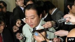 Міністр економіки Японії в оточенні репортерів