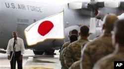 美国国防部长帕内塔(左)9月17日听取美国驻日本横田基地的美军人员提问。日本是帕内塔亚太三国之行的第一站。