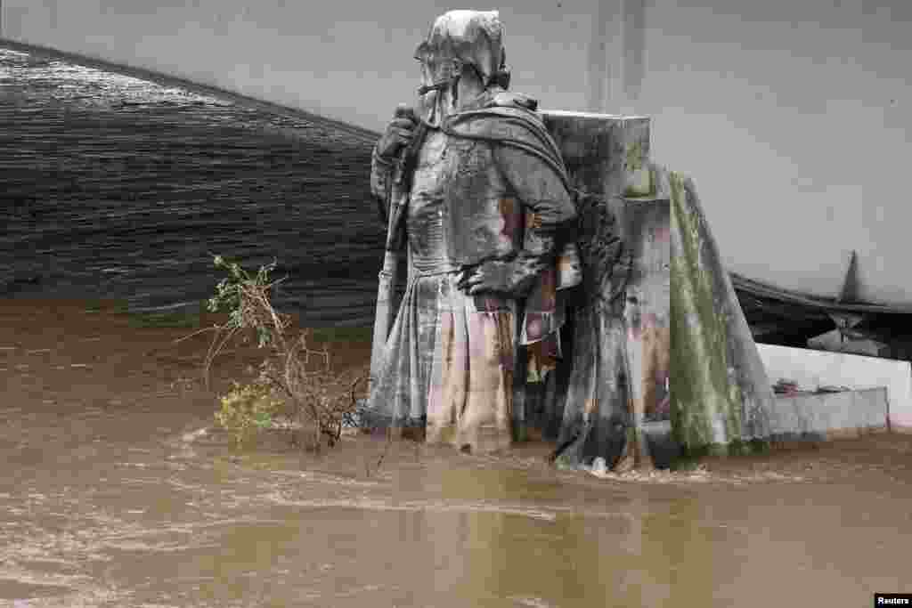 فرانس کے سیلاب زدہ علاقوں سے ہزاروں افراد نے محفوظ مقامات کی طرف نقل مکانی کی ہے۔