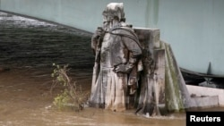 Kaki patung Zouave di Pont de l'Alma terendam air dari Sungai Seine setelah hujan deras selama berhari-hari di Paris (2/6). (Reuters/Pascal Rossignol)