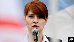 미국에서 간첩 혐의로 기소된 러시아 여성 마리아 부티나가 지난 2013년 4월 모스크바에서 열린 총기 소지 합법화 옹호 집회에서 연설하고 있다.