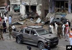 巴基斯坦保安人員在汽車炸彈爆炸現場進行調查。