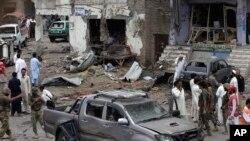 파키스탄 당국자들이 페샤와르 외곽에서 발생한 차량폭탄테러 현장을 조사하고 있다.