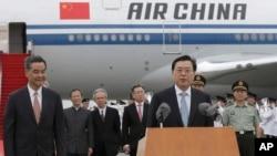 2016年5月17日中国全国人大常务委员会主席张德江(右)抵达香港