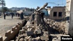 افغانستان میں طالبان کے حملے کا نشانہ بننے والی ایک سرکاری عمارت کے قریب پولیس اہل کار کھڑے ہیں۔ فائل فوٹو