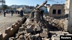 4일 탈레반 무장세력 공격이 있었던 현장을 수색 중인 아프가니스탄 파라주 경관들. 전날 탈레반 무장세력의 파라주 법원 공격으로 46명이 사망했다.