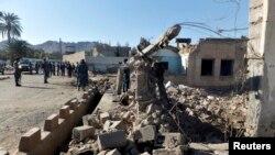 Polisi Afghanistan berjaga di sekitar lokasi pengadilan pasca serangan bom bunuh diri di propinsi Farah, Afghanistan (4/4). Dewan keamanan PBB mengutuk aksi Taliban yang menewaskan sedikitnya 46 orang dan melukai lebih dari 100 orang lainnya tersebut.