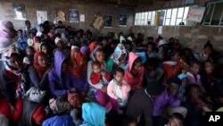 Wakimbizi wa Eritrea wakingoja kuingia katika kambi ya Indabaguna katika mkoa wa Tigrai February 9, 2016.