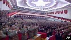 2016年5月6日,朝鲜官方电视台的电视画面截图中,朝鲜劳动党代表起立鼓掌。