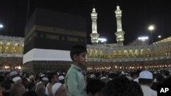 Des pèlerins autour de la Kaaba, l'édifice cubique noir au centre de la Grande Mosquée de la Mecque.