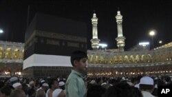 Des pèlerins autour de la Kaaba, l'édifice cubique noir au centre de la Grande Mosquée de la Mecque durant le Pélerinage