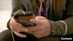Seorang siswa menggunakan telepon selulernya (foto: ilustrasi).