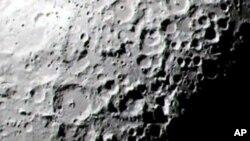 El polvo lunar mantiene interesados a los científicos de la NASA no sólo por su rústica consistencia, sino por su facilidad para transportar electricidad.