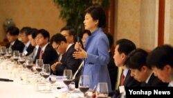 박근혜 한국 대통령이 15일 오후 청와대에서 열린 언론사 정치부장 만찬에서 인사말을 하고 있다.