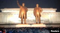 북한 김정일 사망 2주기인 17일 북한 주민들이 만수대 언덕의 김일성.김정일 동상에서 참배하고 있다.