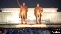 북한 김정일 사망 2주기였던 지난 2013년 12월 평양 주민들이 만수대 언덕의 김일성, 김정일 동상에 절하고 있다. (자료사진)