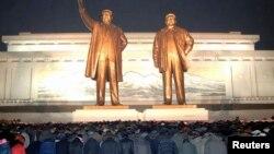북한 김정일 사망 2주기인 지난달 17일 북한 주민들이 만수대 언덕의 김일성.김정일 동상에서 참배하고 있다.
