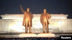 북한 김정일 사망 2주기인 지난해 12월 북한 주민들이 만수대 언덕의 김일성·김정일 동상에서 참배하고 있다. (자료사진)