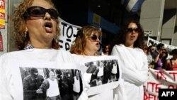 """Atina'da Maliye Bakanlığı binası önünde """"deli ceketleri"""" ile eylem yapan sağlık personeli"""