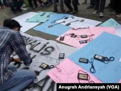 Jurnalis di Medan menolak pengusiran dan kekerasan yang berkaitan dengan kegiatan jurnalistik, Kamis, 15 April 2021. (Foto: VOA/Anugrah Andriansyah)
